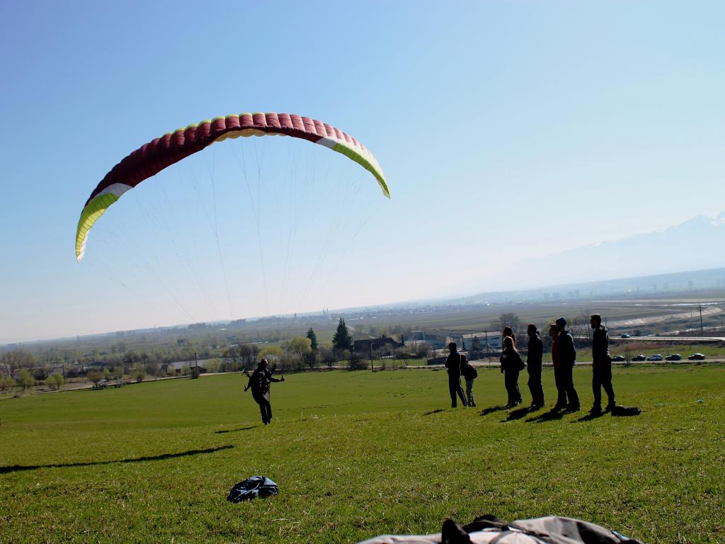 Învață să zbori cu parapanta sau vino la un zbor în tandem